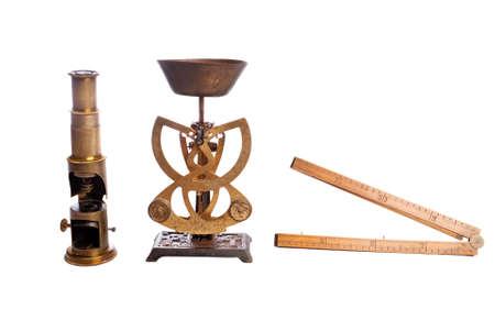 balanza de laboratorio: Escalas, la escala de antigüedades, microscopio, aislado en blanco. Foto de archivo