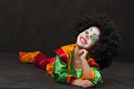 pantomima: niño, el maquillaje del payaso, los países de África Foto de archivo