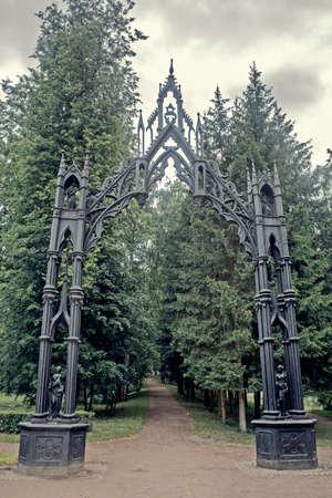puertas de hierro: Puertas de hierro g�ticas hermosas en el Parque de Catherine en Pushkin Foto de archivo