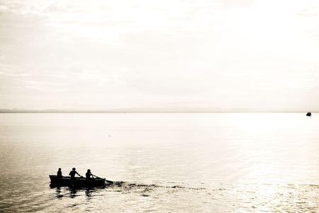 三人の湖で手漕ぎボートのシルエット。 写真素材 - 4759424