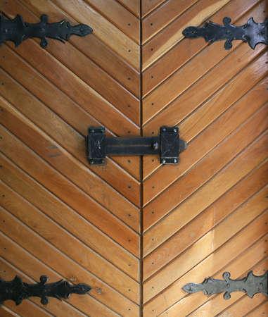 ironmongery: Las puertas con la decoraci�n de hierro martillado los bucles y el bloqueo