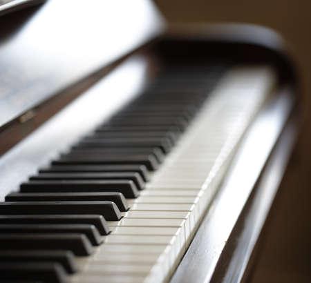 piano: Una foto de un viejo piano - close up