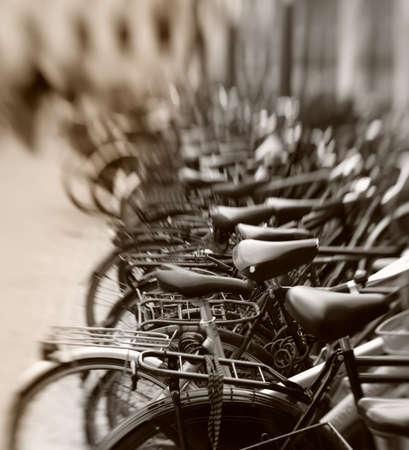 viele Geparkte Fahrräder. Nützlich als Hintergrund.  Standard-Bild