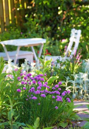 Einem Teleobjektiv White Garden-Tisch und Stühlen  Standard-Bild