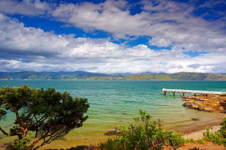 Ein Foto von Karaka Bay in Neuseeland Standard-Bild