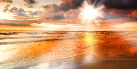 ein Foto von dramatischen Sonnenuntergang Ozean