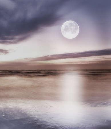 ein Foto des Mondes am Strand