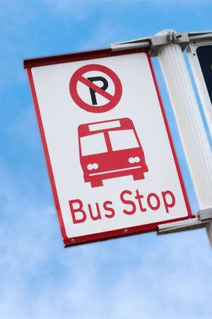 bus anglais: Une photo d'un panneau d'arr�t de bus en Nouvelle-Z�lande Banque d'images