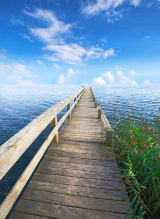 Eine Landschaft Pier und See