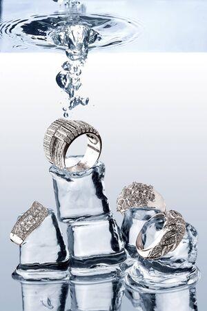 dropped: Joyer�a submarina. A la vista de joyas que se redujo en cubitos de hielo bajo el agua. Foto de archivo