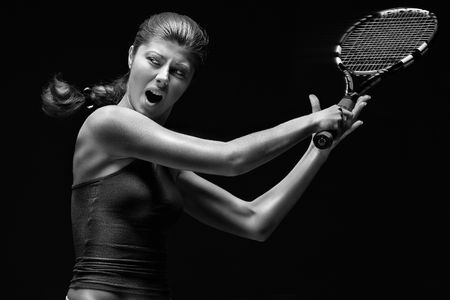 two stroke: Jugador de tenis femenino. Jugador de tenis femenino celebraci�n raqueta detr�s de la cabeza, aisladas sobre fondo negro.