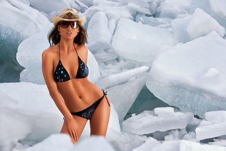 petite fille maillot de bain: Bikini et de glace. Une vue d'une femme sexy dans un tout petit bikini, entour� par de gigantesques blocs ou de morceaux de glace.