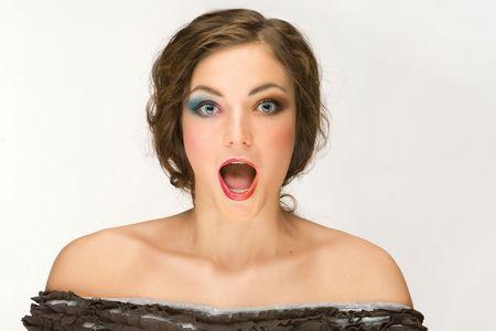 boca abierta: Con la boca abierta mujer. Un estudio de retrato de una mujer con maquillaje pesado, con la boca abierta