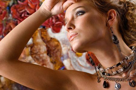 aretes: Un retrato de una mujer encantadora vistiendo hermosa joyer�a