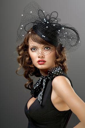 A portrait of a glamorous model dressed in vintage style. Zdjęcie Seryjne