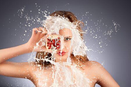 sexy girl nue: Splash de fruits. Un portrait de mod�le nu chaud avec une grenade s moiti� dans sa main en splash laiteux.