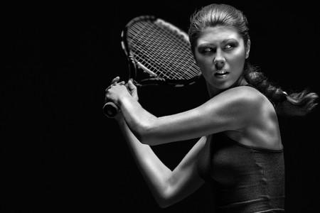 mujer deportista: Ready to hit! Jugadora de tenis con raqueta listo para golpear una pelota de tenis.