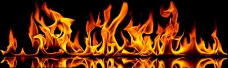 Vuur vlammen op een zwarte achtergrond.