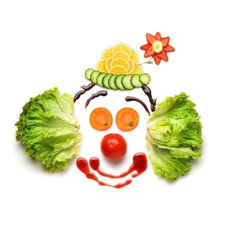 lechuga: Happy Meal para los opositores de comida rápida Un agradable y divertido payaso comestible, hecha de fresas, limones, ensalada y así sucesivamente Foto de archivo