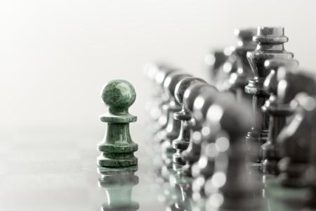 negotiation: Un pe�n de estancia contra juego completo de piezas de ajedrez.