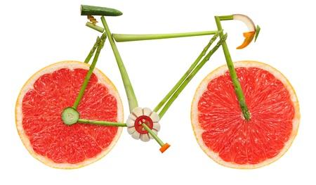 道路自転車ホワイト バック グラウンドで果物や野菜から成っています。