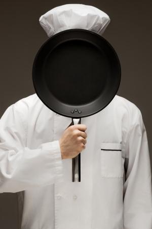chef cocinando: Tu comida te hace - Un retrato de panadero esconde detr�s de la bandeja de hornear