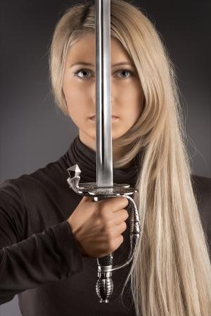Die Klinge der Mode - Das schöne Foto der Frau mit dem Schwert Standard-Bild
