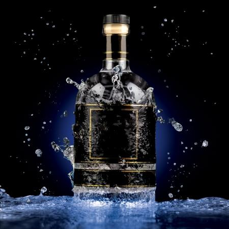 botella de whisky: Frescura de alto grado - Una foto de la botella de alcohol de lujo en las salpicaduras de agua