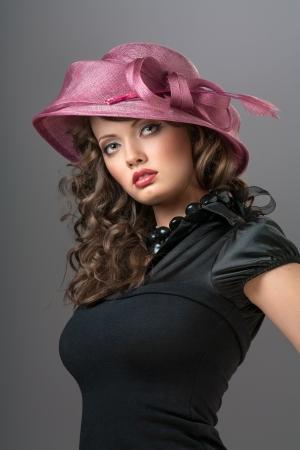 caperucita roja: Caperucita Roja - Una foto de la belleza enigm�tica en el sombrero de color rosa con un lazo