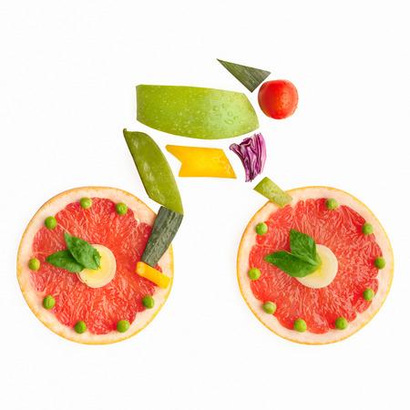 Groenten en fruit in de vorm van een fietser op een fiets.