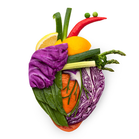 Um coração humano saudável feito de frutas e legumes como um conceito de comida de comer inteligente. Foto de archivo - 26140557
