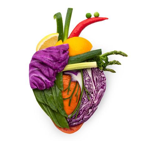 eating fruits: Un coraz�n humano saludable a base de frutas y verduras como un concepto de comida de una alimentaci�n inteligente.