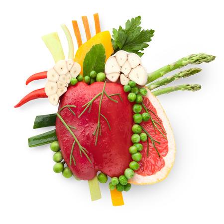 스마트 먹는 음식 개념으로 과일과 야채로 만든 건강한 인간의 마음.