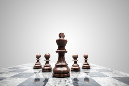 ajedrez: Un escuadr�n de 5 piezas de ajedrez liderados por el rey.