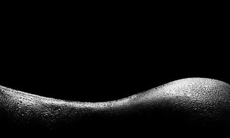mujeres jovenes desnudas: Una silueta femenina hermosa de la espalda mojada y las nalgas. Foto de archivo
