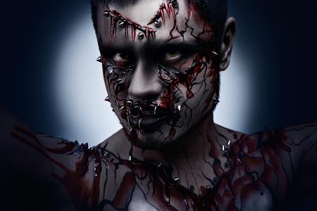 body paint: Un concepto espeluznante de Halloween de un páramo enojado oscuro con un peircing y arte corporal sangrienta Foto de archivo
