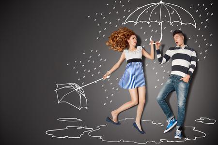 roto: Happy valentines concepto de amor historia de una pareja rom�ntica en la lluvia contra dibujos de tiza de fondo. Foto de archivo