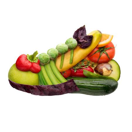 러닝 신발 트레이너의 형태로 과일과 야채, 음식의 개념은 흰색 배경에 고립입니다.