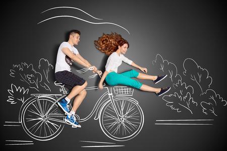 幸せなバレンタイン チョーク図面背景のロマンチックなカップルの物語のコンセプトが大好きです。男性のフロントの自転車のかごに彼のガール フ