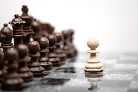 ajedrez: Un pe�n de estancia contra juego completo de piezas de ajedrez.