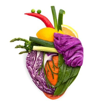 vitamina a: Un coraz�n humano sano hecho de frutas y verduras como un concepto de comida de una alimentaci�n inteligente.