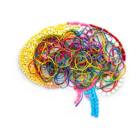 메모리 그림 같은 약물, 알 약 및 다채로운 고무 밴드로 만들어진 인간 두뇌의 창조적 인 개념입니다.