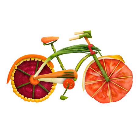 흰색 배경에 고립 된 비타민의 전체 신선한 야채로 만들어진 세부 도시 고정 기어 자전거의 건강 식품 개념.