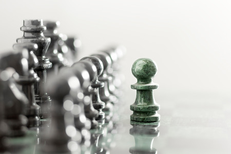 chess: Un peón contra permanecer conjunto completo de piezas de ajedrez.