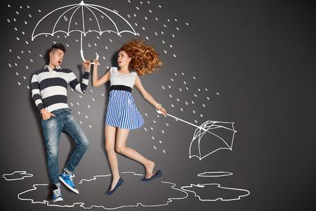 uomo sotto la pioggia: Happy valentines concetto di amore storia di una coppia romantica sotto la pioggia contro disegni a gessetto sfondo.