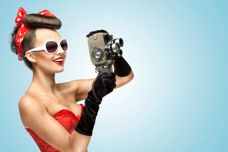 filmacion: Una foto de la chica pin-up en corsé y guantes de la celebración cámara de 8 mm vintage.