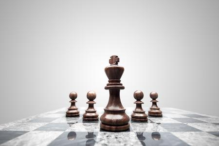 pojem: Četa 5 šachových figurek v čele s králem.