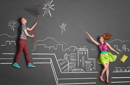 donna farfalla: Happy valentines concetto di amore storia di una coppia romantica cattura stelle con una rete della farfalla sul tetto contro disegni a gessetto sfondo di un cielo notturno.