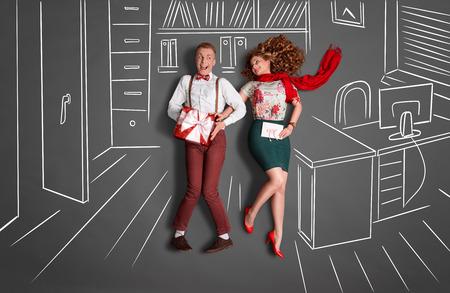 幸せなバレンタイン オフィス ロマンスの物語のコンセプトが大好きです。職場でお互いに笑みを浮かべて、チョーク図面オフィス背景に対して贈り 写真素材