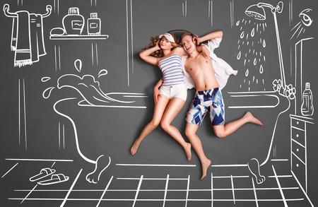 Happy valentines encanta concepto historia de una pareja romántica en un cuarto de baño, compartiendo auriculares, y escuchando la música contra el fondo tiza sala de dibujos. Foto de archivo - 41249266